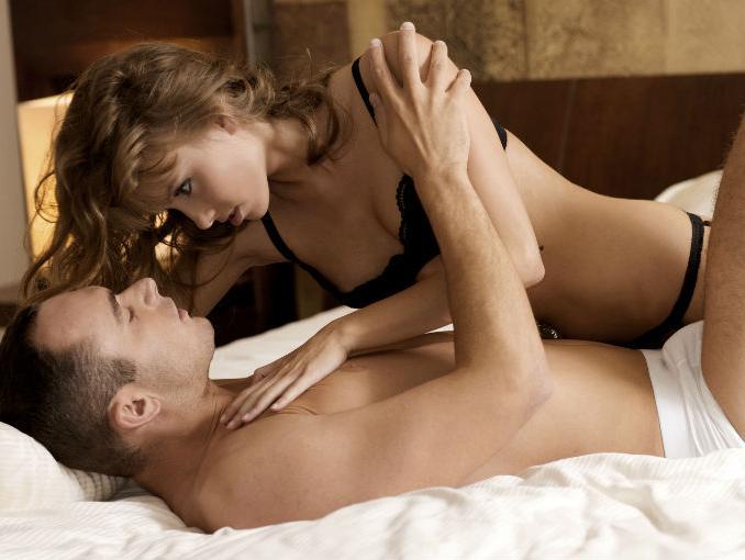 pareja_sexo_cama