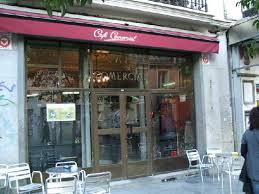 Puerta principal del Café Comercial, cafetería exclusiva en Madrid