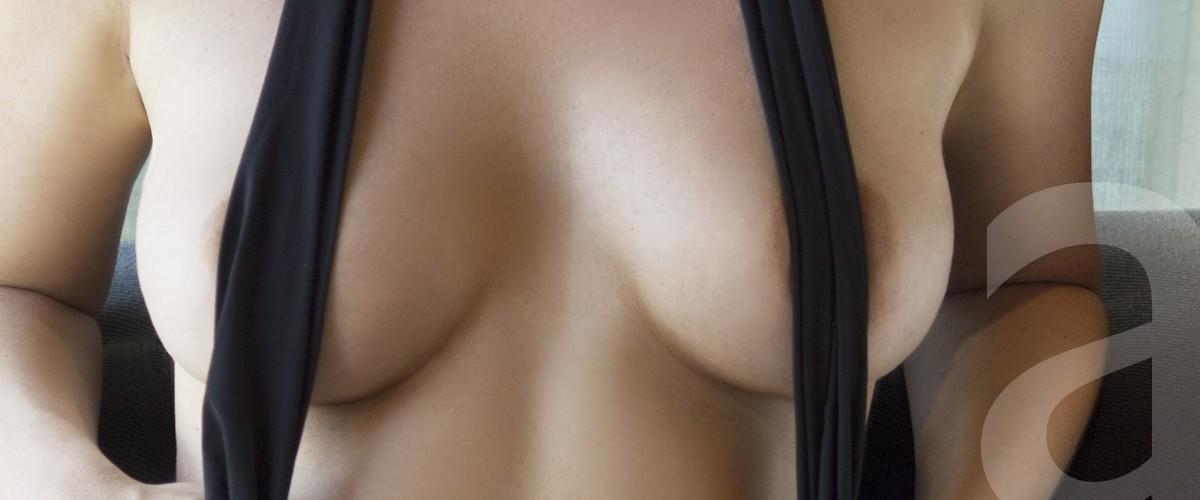 Angelina escort de lujo mostrando su perfecto pecho natural