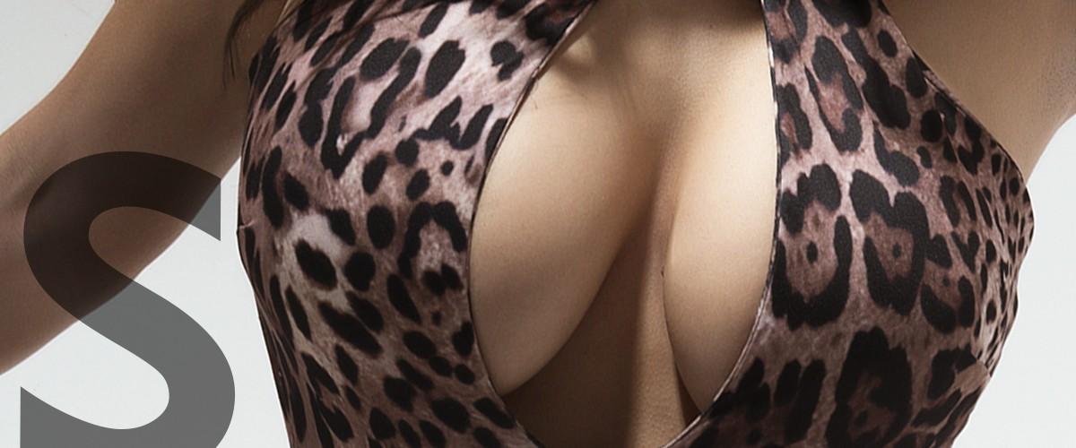 Sol escort de lujo en Madrid con grandes pechos y sexy body de leopardo.